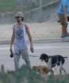 [Vie privée] 02.2014 Los Angeles - Tom promène ses chiens Thumb_tom-kaulitz-mit-seinen-hunden